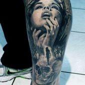 niesamowity tatuaż na łydce
