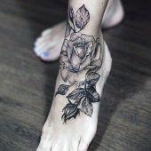 tatuaże damskie na stopie