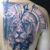 tatuaże męskie zegar i lew