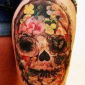 tatuaże damskie czaszka na udzie