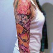 tatuaże damskie piękne kwiaty na ramie