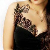 tatuaże damskie kwiaty na biuście
