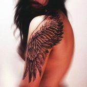tatuaże damskie skrzydło na ramie