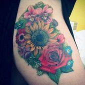 tatuaże damskie kolorowe kwiaty