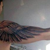tatuaże męskie na ramie skrzydło