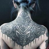 niesamowity tatuaż damski