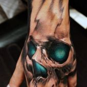 tatuaże czaszki na dłoń