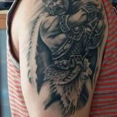 tatuaż wikinga na ramieniu