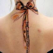 tatuaże damskie kokarda na plecach