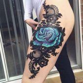 tatuaże damskie niebieska róża na udzie