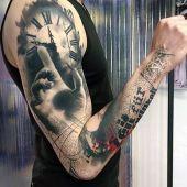 tatuaże męskie 3d zegar i dłoń