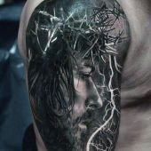 tatuaż Chrystusa na ramie