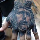 niesamowity tatuaż Chrystusa na dłoni