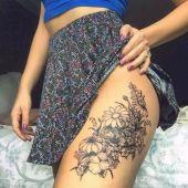 tatuaże damskie kwiatki na udzie