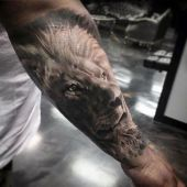 tatuaże zwierzęta lew na ręce