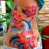 tatuaże damskie piękne kwiaty na boku