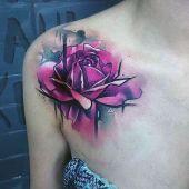 tatuaże damskie róża na ramieniu