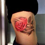 tatuaże damskie piękna róża na boku