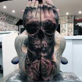 niesamowita czaszka na rękach