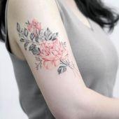delikatne kwiaty na ramieniu