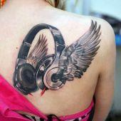 skrzydła i słuchawki na łopatce