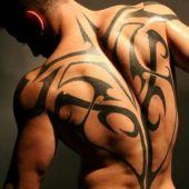 tatuaże męskie na plecach tribal