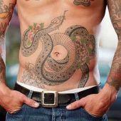 tatuaż wąż na brzuchu