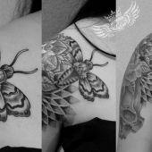ćma czaszka mandala tatuaz
