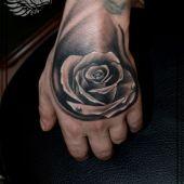 tatuaż na dłoni róża