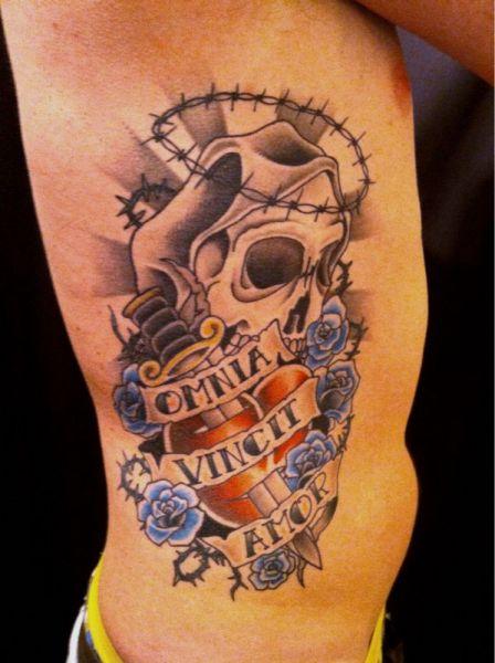 Tatuaż Na Boku Czaszka Sztylet