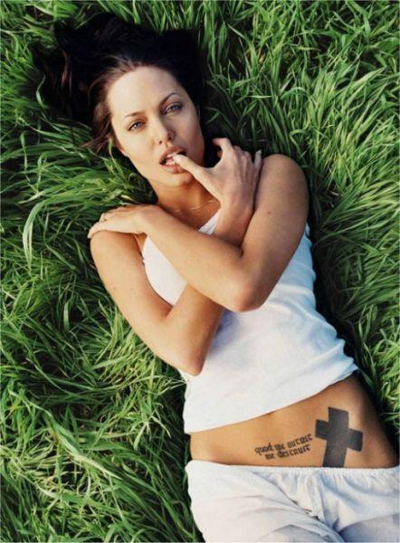 tatuaż  krzyż na brzuchu angeliny jolie
