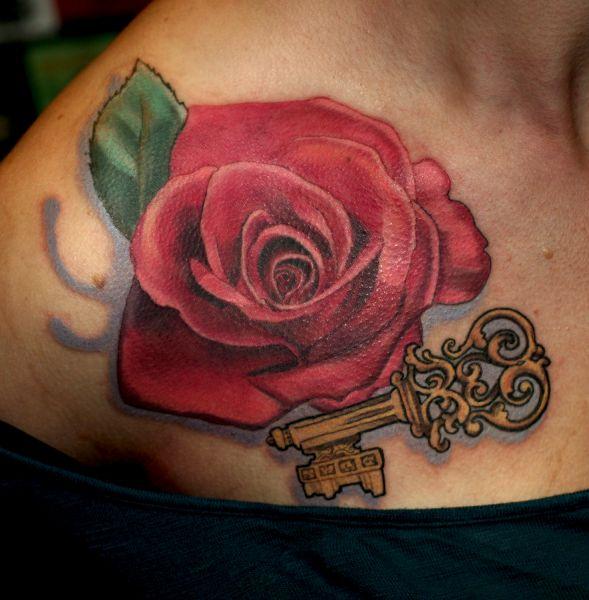 tatuaż róże i klucz