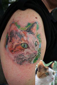 tatuaż kota na ramieniu