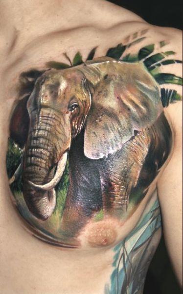 tatuaż słoń na piersi