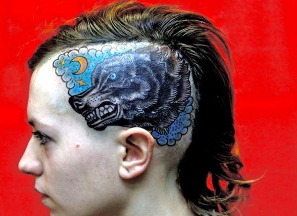 tatuaż wilk na głowie