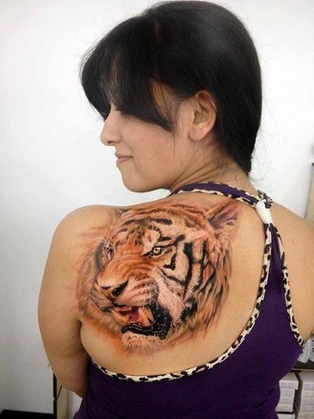 głowa tygrysa na łopatce