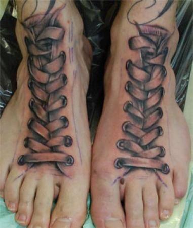 tatuaż 3d na stopach sznurowadła