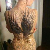 tatuaż orzeł na plecach kobiety