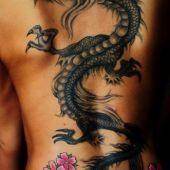 tatuaż smok i kwiaty na plecach
