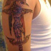 tatuaż ukrzyżowany Chrystus na ramieniu