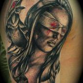 tatuaż kobieta z krukiem