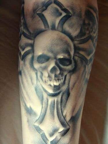tatuaż czaszka na krzyżu