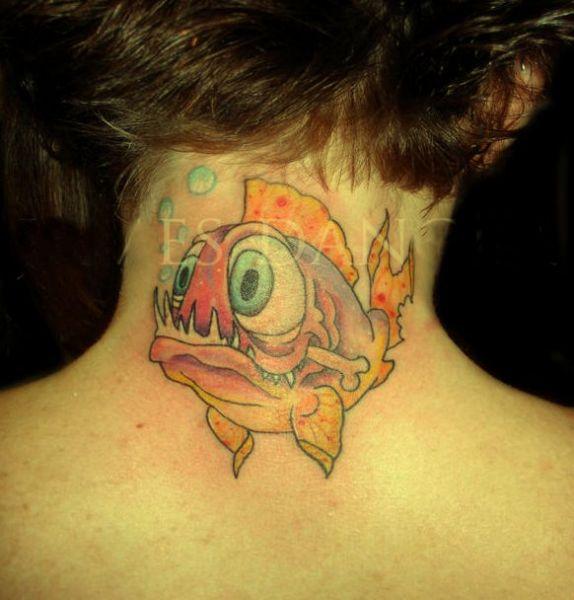 tatuaż piranie na szyi