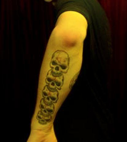 tatuaż czaszki na ręce
