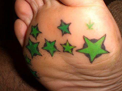 zielone gwiazdki pod stopą  tatuaż