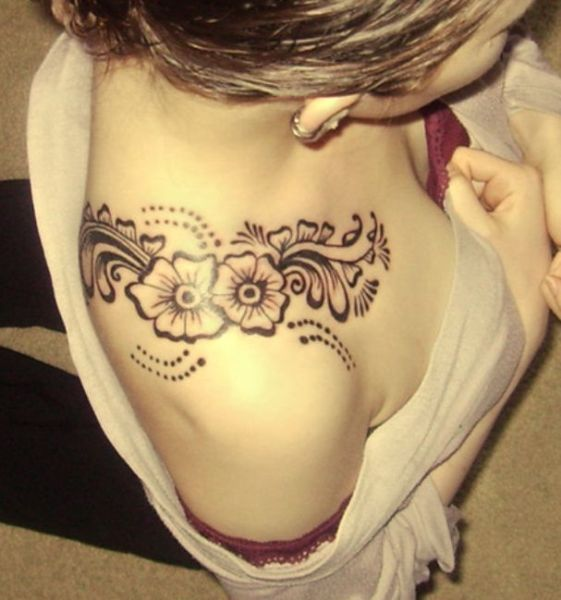 tatuaż kwiaty na ramieniu kobiety