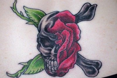 pół czaszka i róża tatuaż