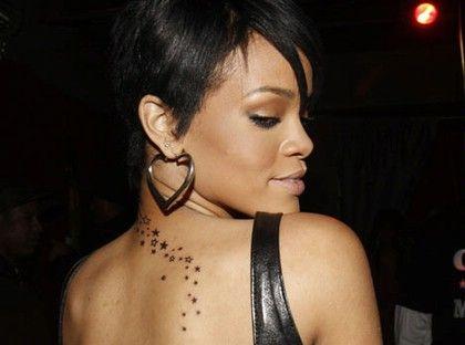 tatuaż gwiazdki na plecach rihanny