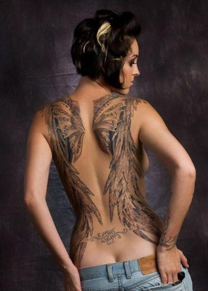 skrzydła na kobiecych plecach