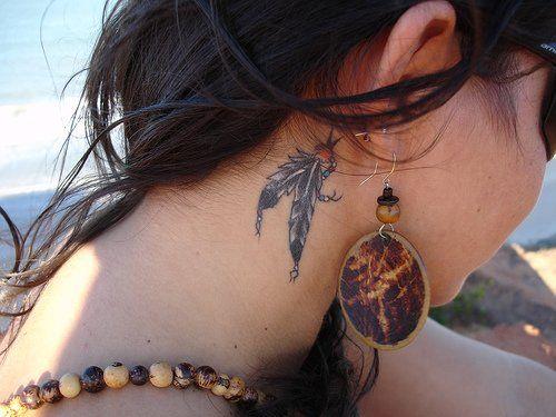 tatuaż za uchem dla kobiety